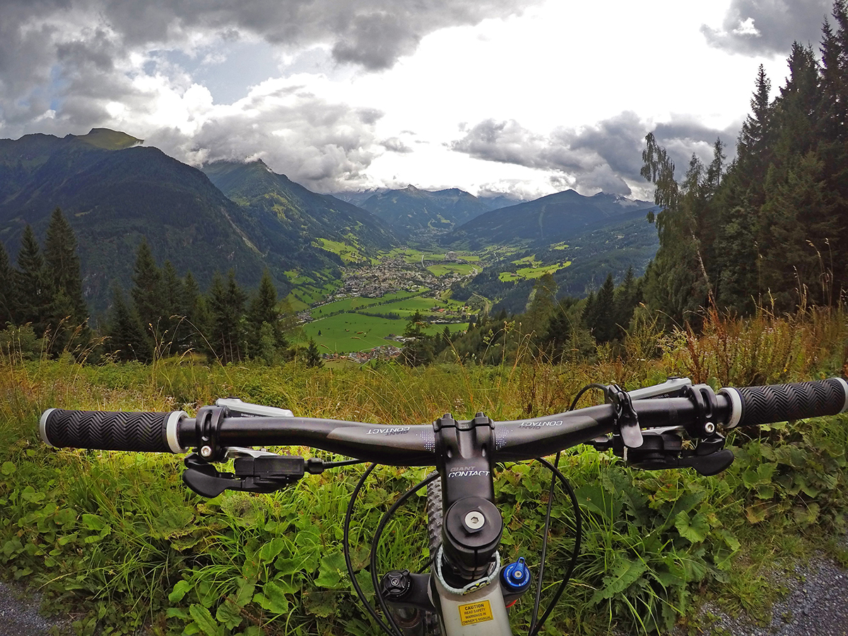 Mountainbiken in Gastein mit Blick über Bad Hofgastein